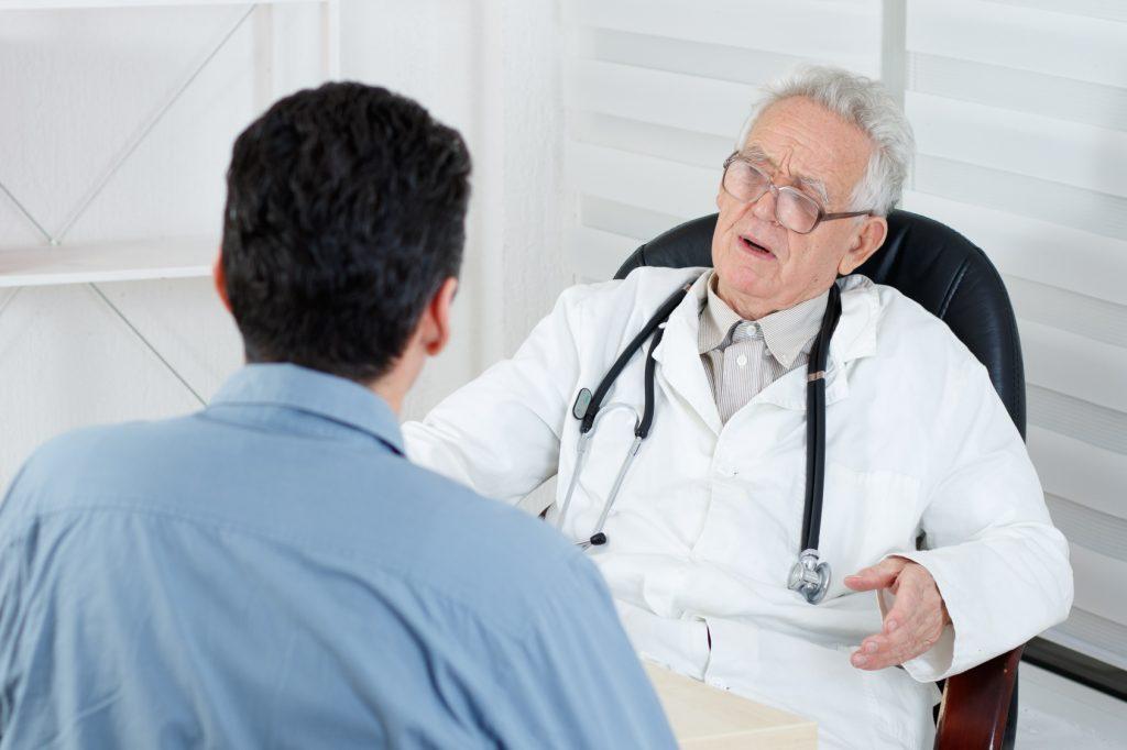 пожилой уролог в поликлинике